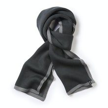 Unisex merino-blend scarf for active outdoor use.
